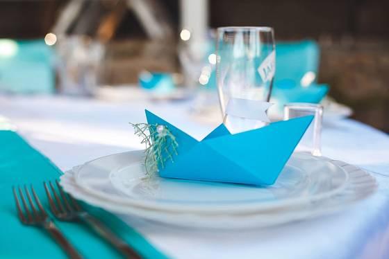 Lodička z papíru může oživit slavnostně prostřený stůl třeba i svatební hostinu.