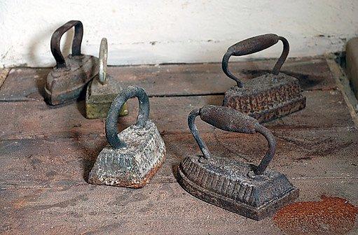 pláty kamen se starými žehličkami