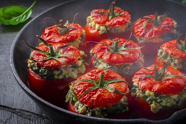 Plněná rajčata jsou výtečná i atraktivní na pohled