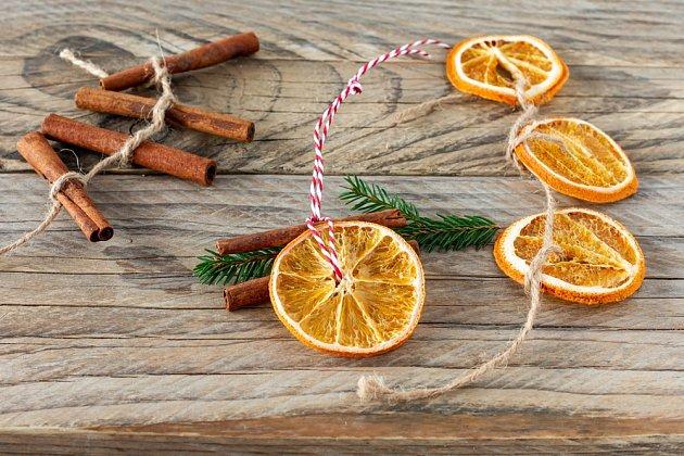 Stromeček můžeme přizdobit řetězem ze sušených pomerančů nebo skořicové kůry.