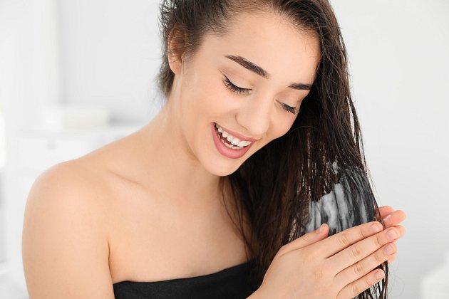 Ke správné péči o vlasy patří i nanášení kondicionéru na vlhké, nikoli mokré vlasy. Vlas se tak lépe zavře.