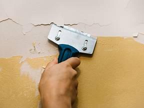 Škrábání starého nátěru není zábavná, ale velmi důležitá část přípravy na malování.