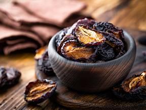 Domácí sušené švestky, zdravá pochoutka