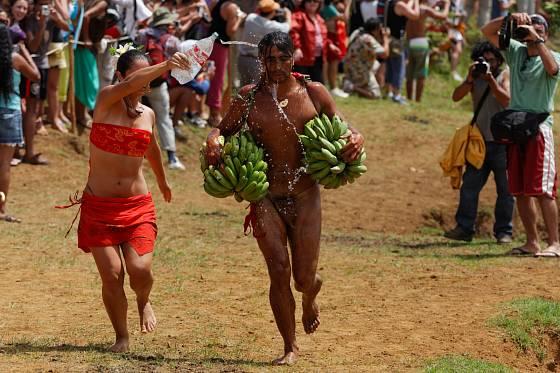 Závodníky s banány čeká v cíli občerstvení