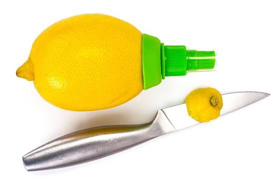 Stačí trochu seříznout špičku citronu a můžeme nasadit sprej.
