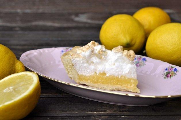 Koláč plněný krémem lemon curd.