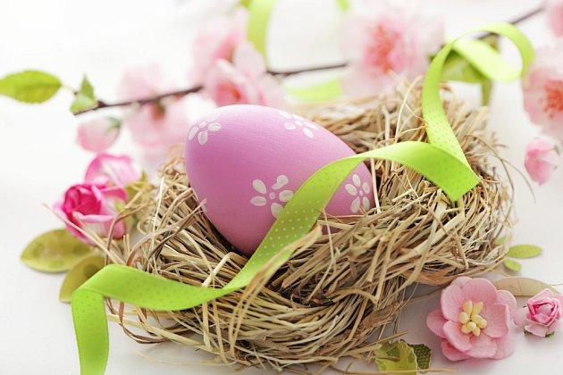 Ze suché trávy můžete uplést hnízděčko pro velikonoční vajíčka