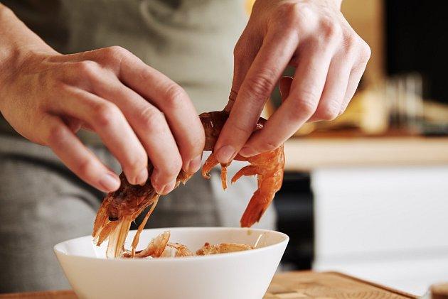 Na loupání krevet a mořských plodů existují různé triky