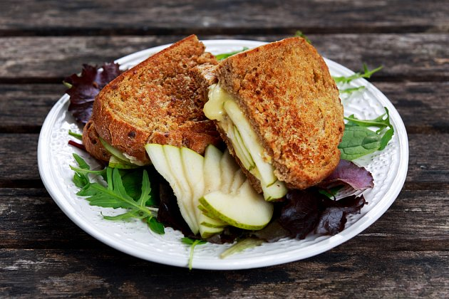 Sendvič s modrým sýrem a hruškou je vynikající večeří.
