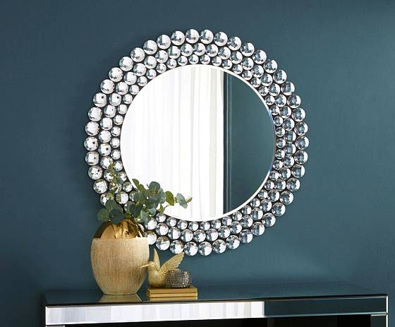 Zrcadlo je zajímavým estetickým, nejen funkčním prvkem v interiéru.