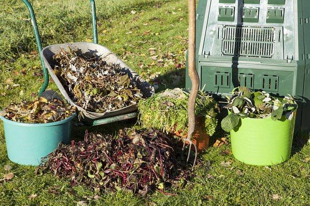 Kupky rostlinných materiálů připravené ke kompostování