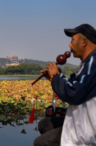Hra na tradiční asijský nástroj halusi.