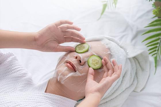 Plátky okurek můžeme využít pro regeneraci pleti v okolí očí.