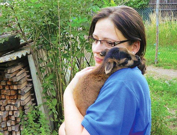Jitka Chudáčková s jehnětem kamerunské ovce