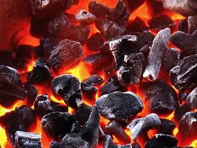 Dřevěné uhlí si můžete vyrobit i doma.