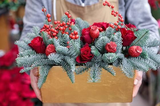 Dekoraci s růžemi dáme raději mezi dvě okna, nebo do interiéru.