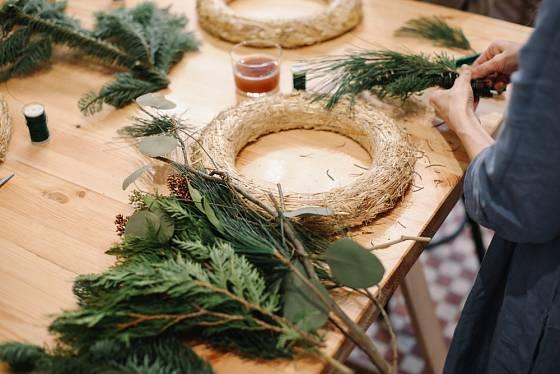 K dušičkové nebo vánoční výzdobě se nejlépe hodí slámové základy věnců.