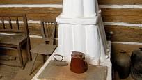Kamna ve špejchárku udělal majitel z prejzových tašek; taková se prý stavěla v 18. století