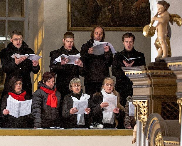 Českolipský pěvecký sbor Hvězda na kůru kostela ve Skalici