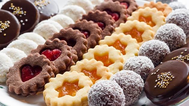 Vánoční cukroví můžeme přizdobit marmeládou, kokosem či cukrovými perličkami.