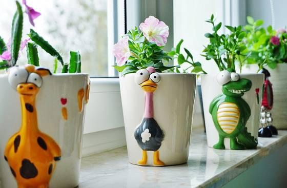 Pěstování kytiček ve veselých květináčích bude děti bavit.