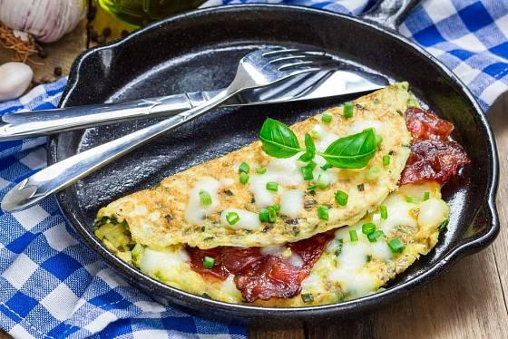 Slanina a vejce, oblíbená tradiční kombinace v omeletě