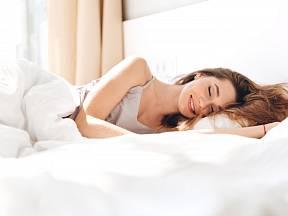 Kvalitní spánek vyžaduje i čisté lůžkoviny.