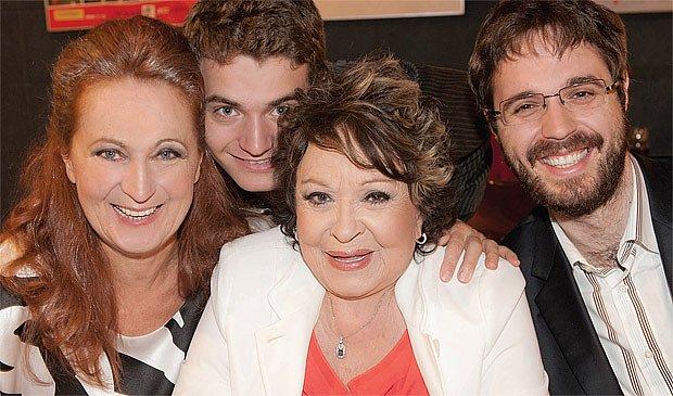 Zleva: Simona Stašová, syn Vojta, maminka Jiřina Bohdalová, syn Marek