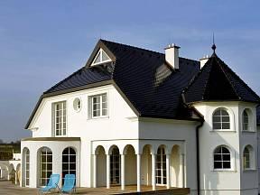 Tmavé odstíny střech jsou velice žádané. Na obrázku střešní krytina Bobrovka s povrchovou úpravou glazura Amadeus černá.