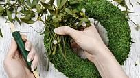 vázacím drátem snadno připevníme větvičky nebo jmelí