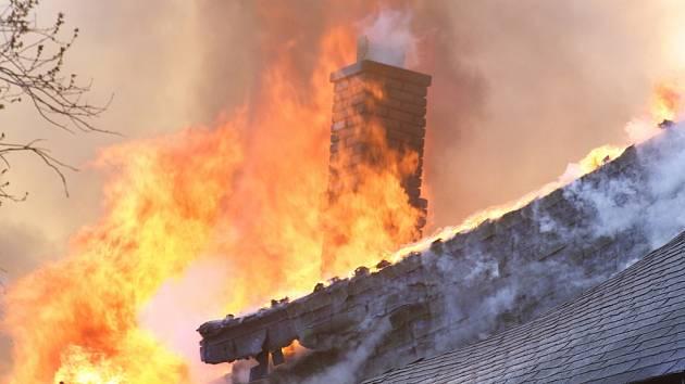 Od komína snadno chytne střecha
