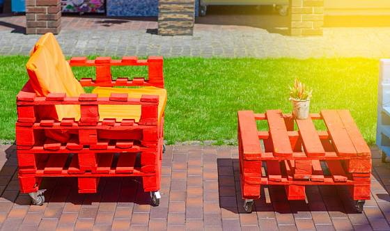 Zahradní lavičku ze starých palet si snadno vyrobíte sami.