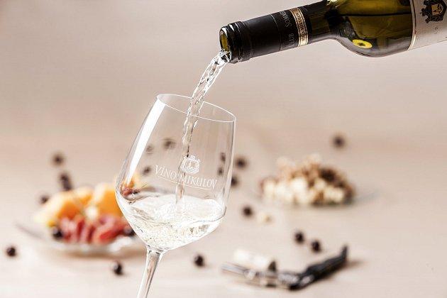 Kvalitní víno nemusí být drahé. O obsahu hodně napoví etiketa.