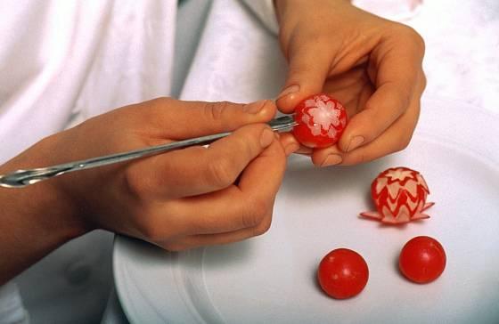 Carving můžete začít trénovat na ředkvičkách.