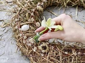 Příprava velikonočního věnce ze sena