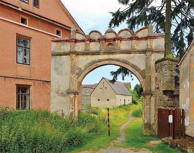Brána s renesančním obloučkovým dekorem na rovném nadpraží stojí na Mladoboleslavsku