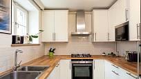 Moderní bílá kuchyň.