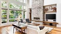 Velká okna a krb v bytě jsou dalším prvkem moderních interiérů.