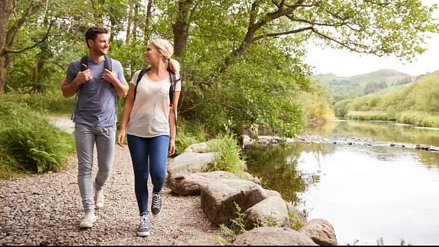 Relaxační procházka podél řeky pomůže i psychickému zdraví.
