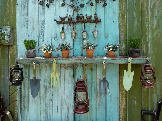Lampy, květináče, lopatky a kovové trojzubce, to vše se hodí vystavit ve vintage zahradě.