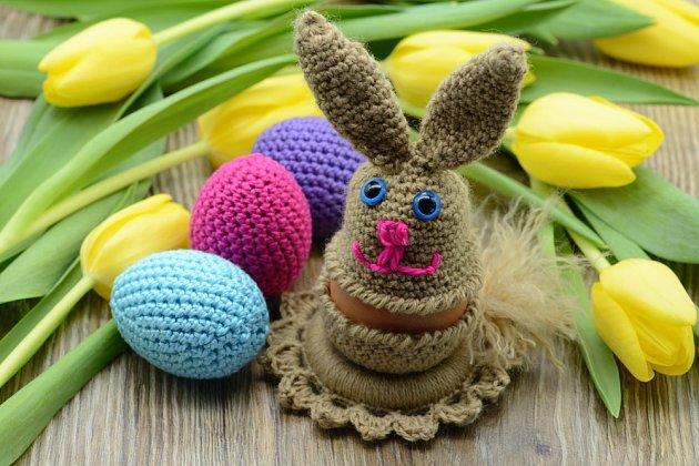 Háčkované kraslice a figurka zajíce.