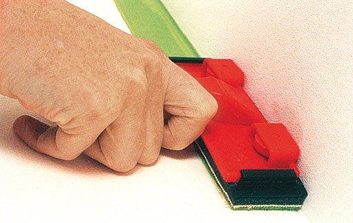 barvu do rohů naneseme speciální stěrkou