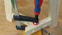 Výroba dřevěné trojnožky: Vrtáme v ose levé vzpěry
