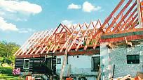 """Nový krov už sedí na stavbě půdorysu """"L"""", vpravo zakončený dílnou"""