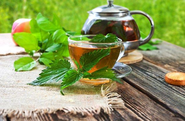 Vlasům prospěje i pití kopřivového čaje
