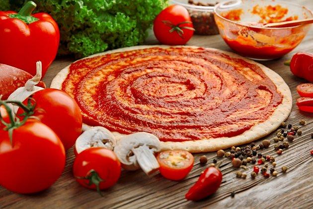 Základní rajčatová náplň se italsky označuje jako sugo.