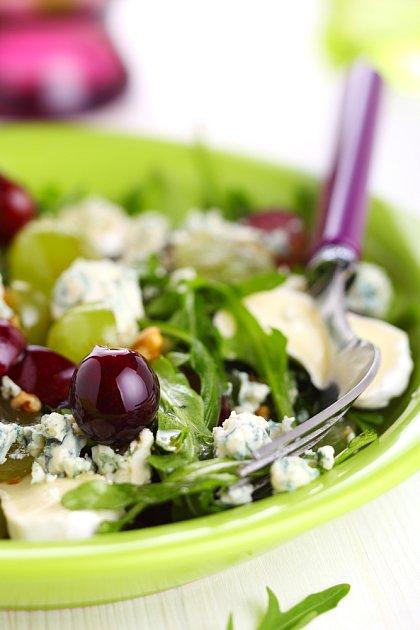Salát s hrozny zachutná i odpůrcům listové zeleniny.