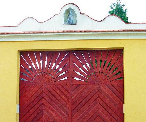 Příkladně obnovená vrata s motivem slunce