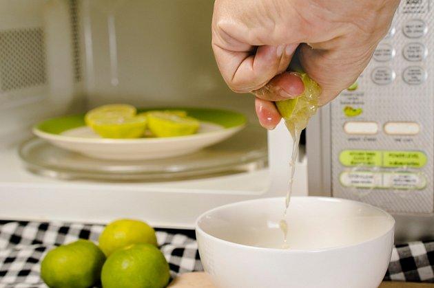 Stačí 10-20 vteřin v mikrovlnce a z citronu získáme maximum šťávy.