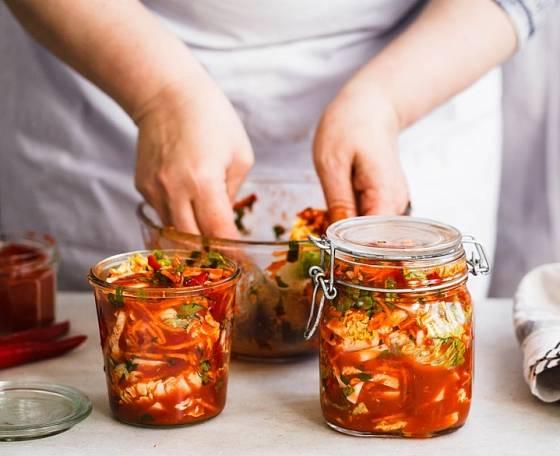 Příprava zeleninové směsi kimchi a cukemono je velmi podobná